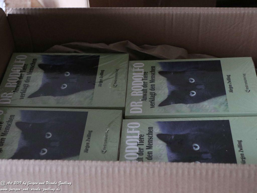 Blick und Einladung in unsere Galerie - Die Bücher von Dr. Rodolfo Anwalt der Tiere verklagt den Menschen ins eingetroffen - Versandt startet Montag ISBN 978-3-96103-501-4