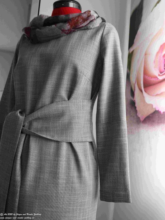 Ursula's Projekt Etuikleid in grau - aus Zwei mach Eins