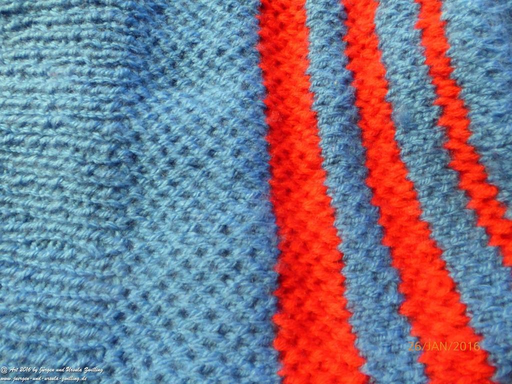 Blaue Strickmütze - Scheffau mit roten Streifen