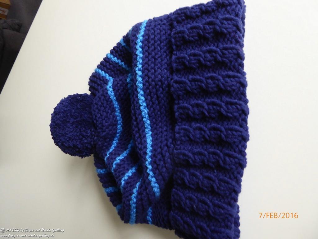 Dunkelblaue Strickmütze Kitzbühel  mit hellblauen Streifen