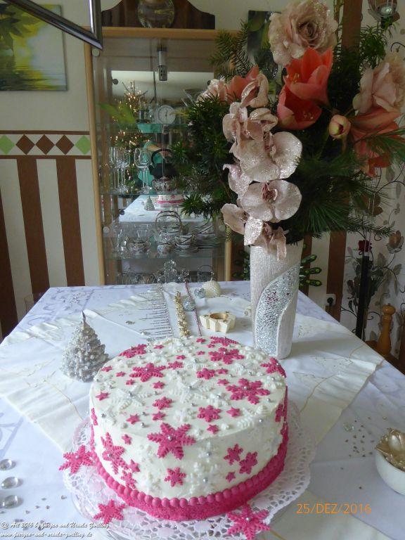 Ursula\'s Weihnachtstorte 2016 -  Der Nächstenliebe -  mit handgefertigter Deko