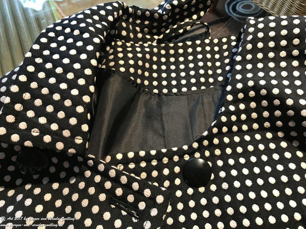 Aus Alt mach Neu, mit Ursula's Modeblick. Schwarze Jacke mit weisen Punkten gekürzt und enger genäht. Den abgeschnitten Teil an ein schwarzes Kleid angenäht – neues Kostüm fertig